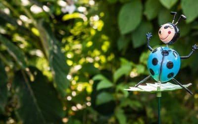 Déco sur pique : une touche joyeuse au jardin